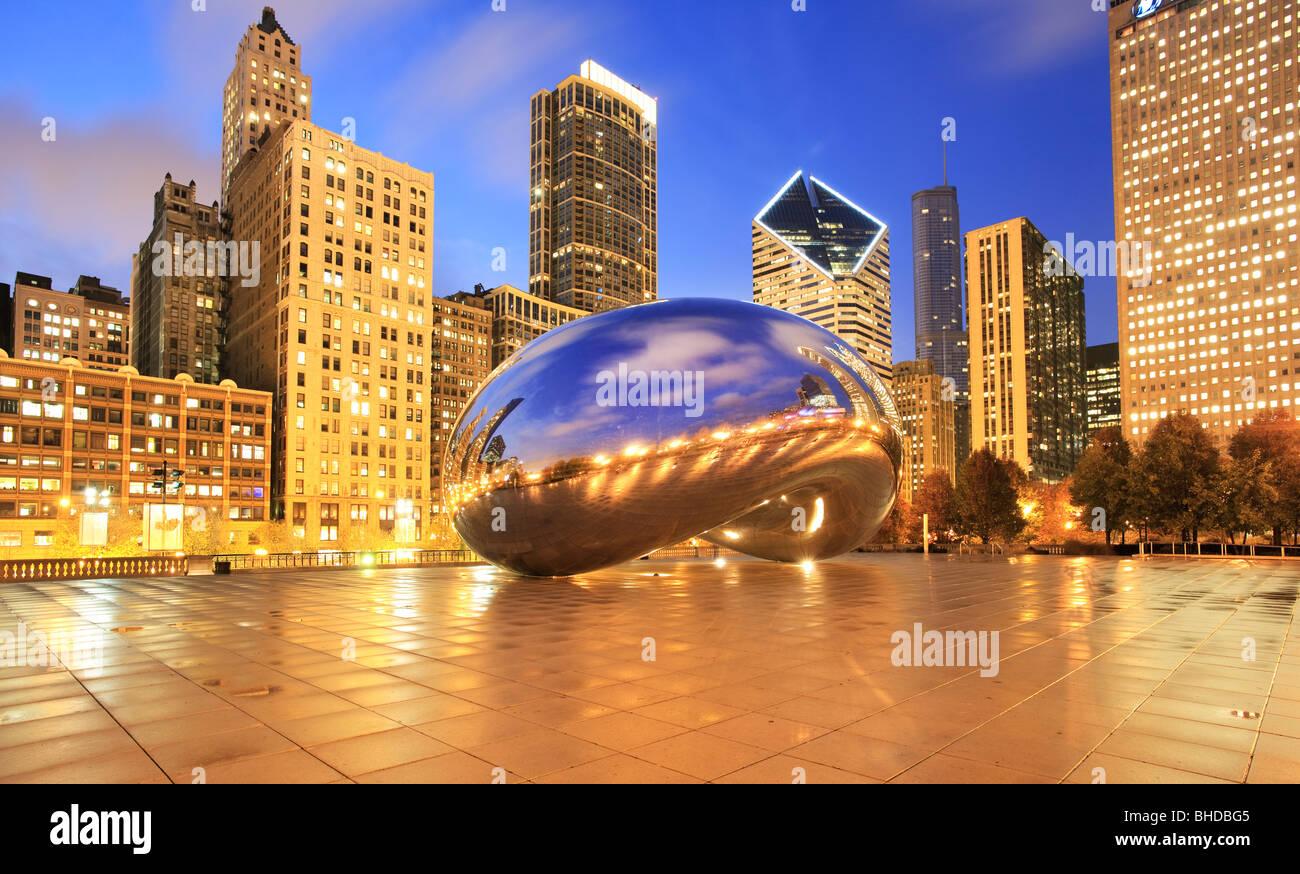 La Cloud Gate sculpture aussi connu comme 'le bean' dans le parc du Millénaire vue au crépuscule Photo Stock