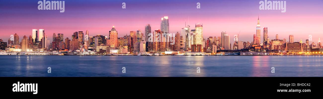 New York Skyline vue au crépuscule du New Jersey Photo Stock
