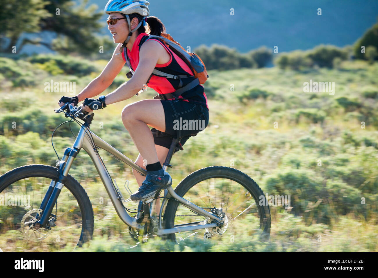 Japanese woman riding bicycle Banque D'Images