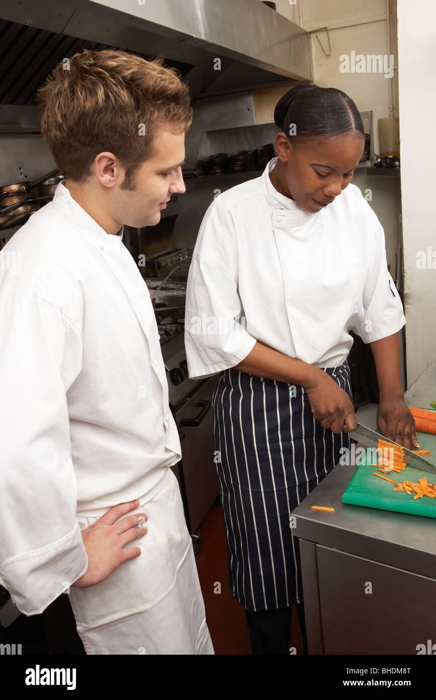 Chef Instructeur stagiaire dans une cuisine de restaurant Photo Stock
