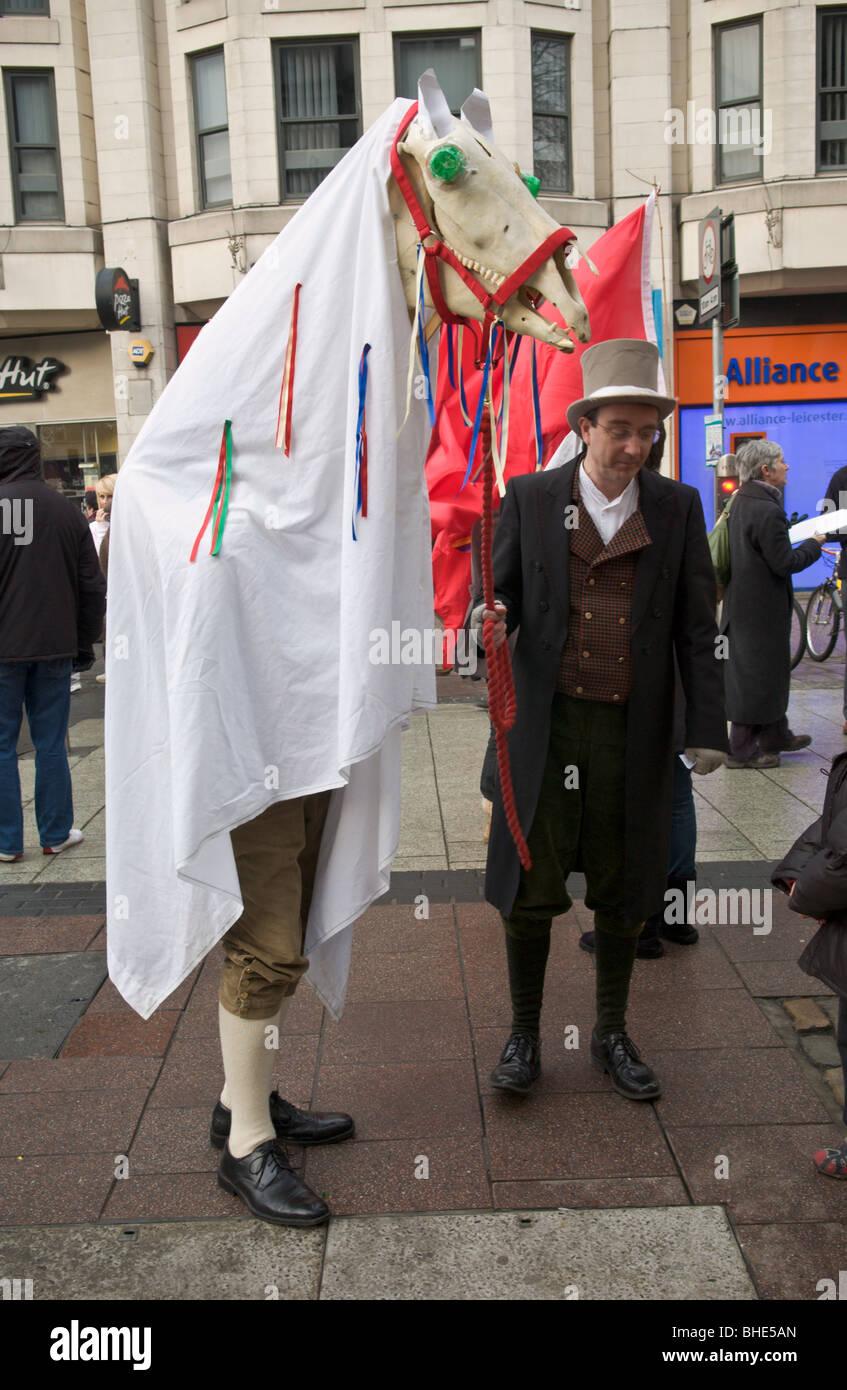La Société de la langue galloise, Cymdeithas yr iaith Gymraeg, protester avec Mari Lwyd dans le centre Photo Stock