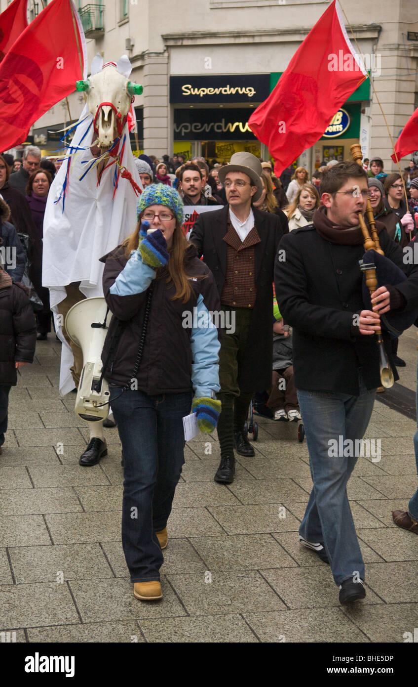 La Société de la langue galloise, Cymdeithas yr iaith Gymraeg, mars avec Mari Lwyd à travers le centre Photo Stock