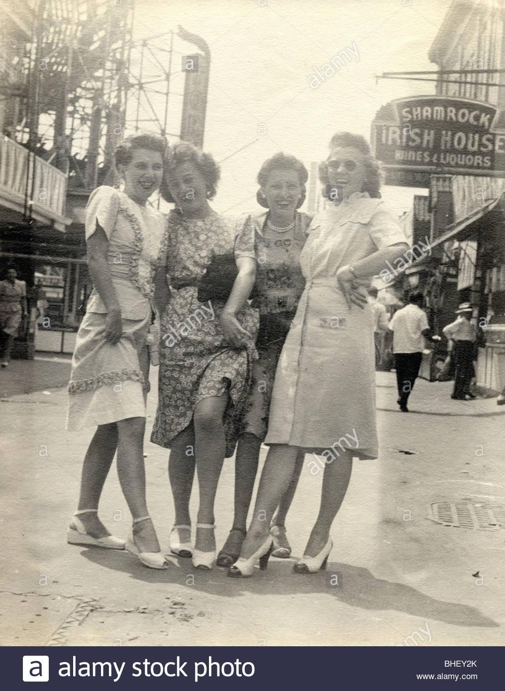 Les filles sur la ville montrant des jambes il y a Photo Stock