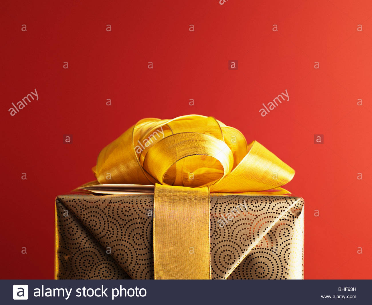 Cadeau de Noël du ruban d'or avec Photo Stock