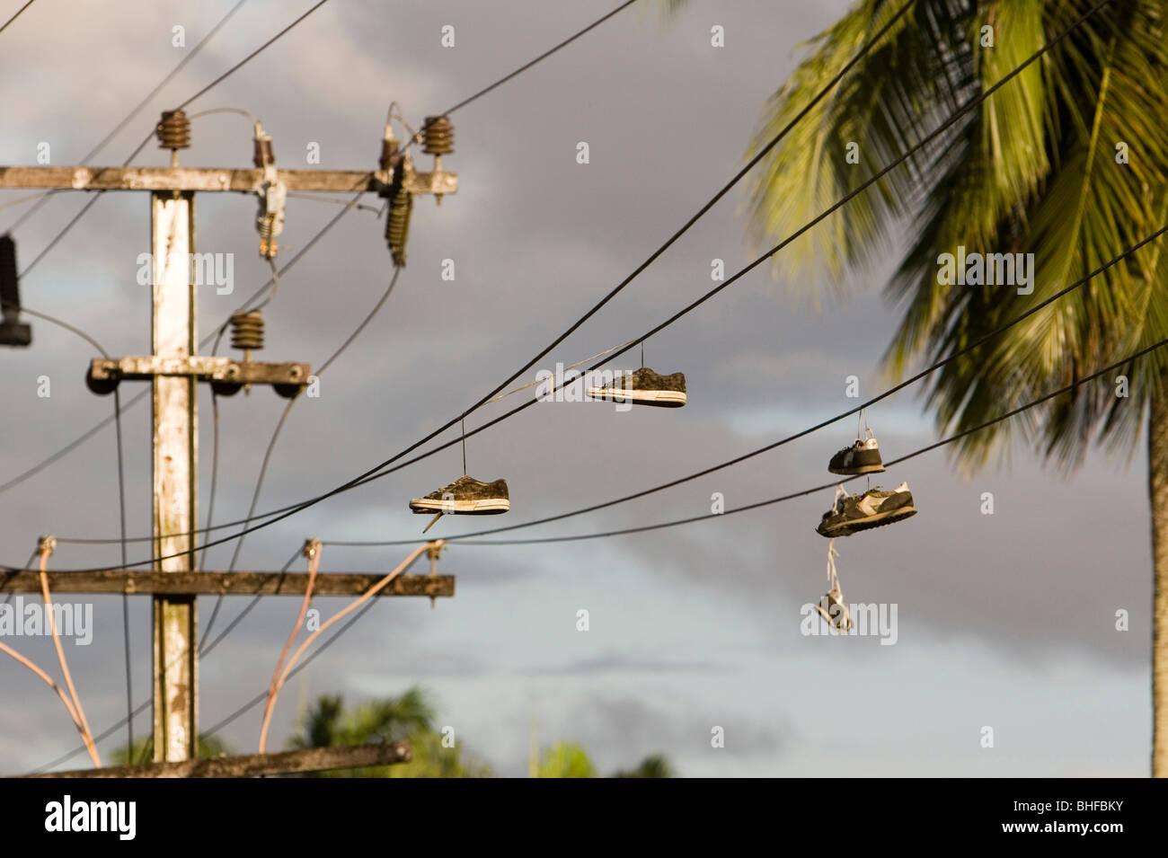 Un Sur Soir Fil Lumière La Du Électrique Dans Suspendues Chaussures SzpGqUVM