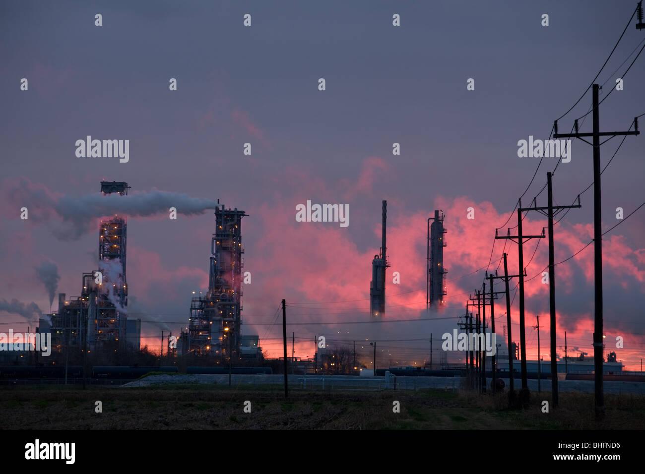 Au coucher du soleil, les raffineries Donaldsonville, Louisiana, début de l'allée des produits chimiques Photo Stock