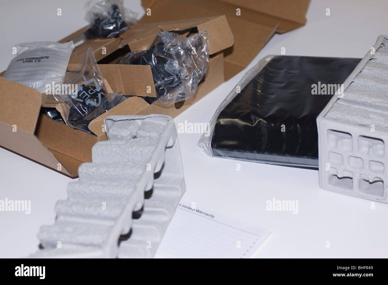 Les produits électroniques d'être retiré de l'emballage en carton de protection. Photo Stock