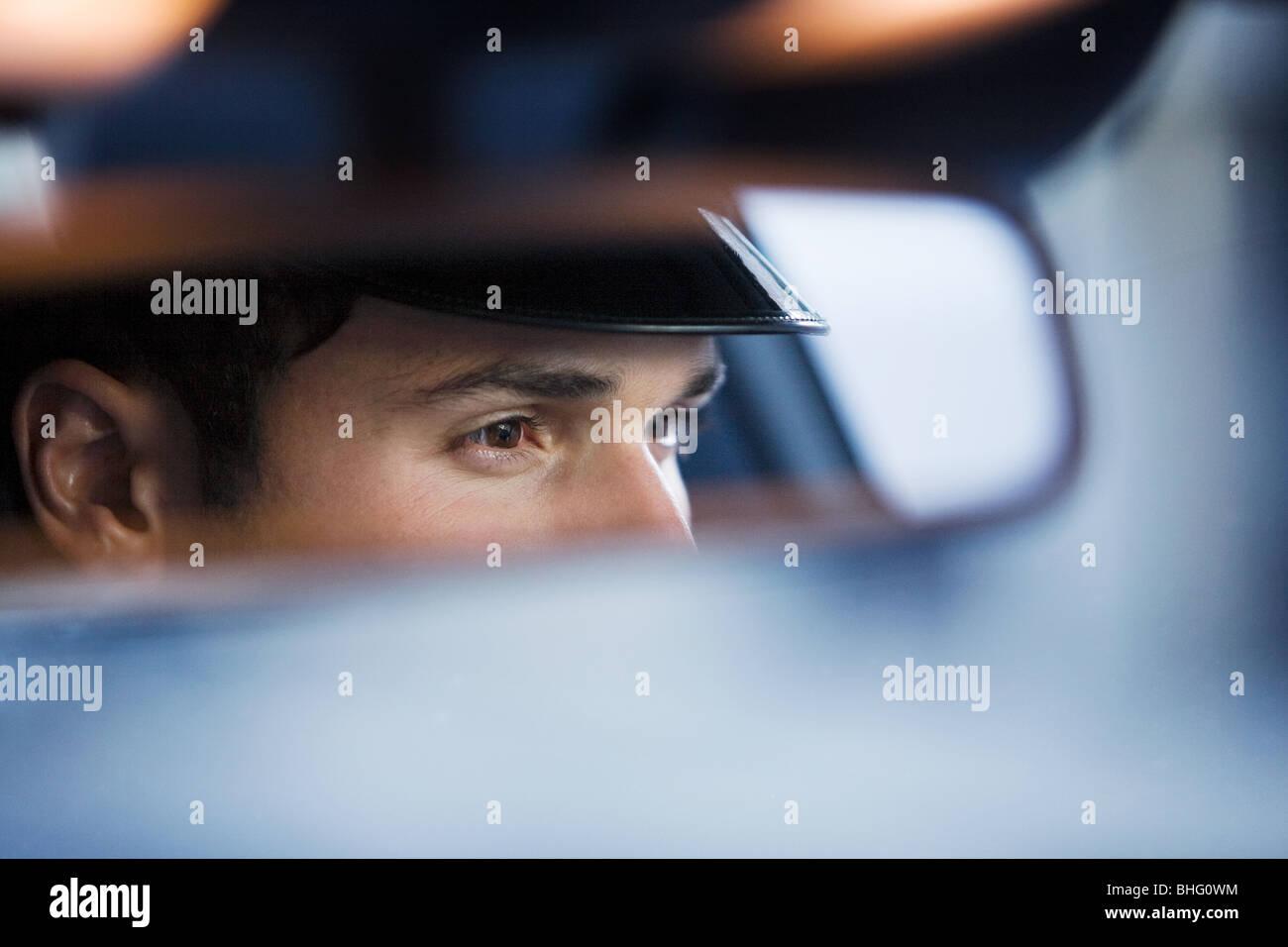 Chauffeur reflétée dans le rétroviseur Photo Stock