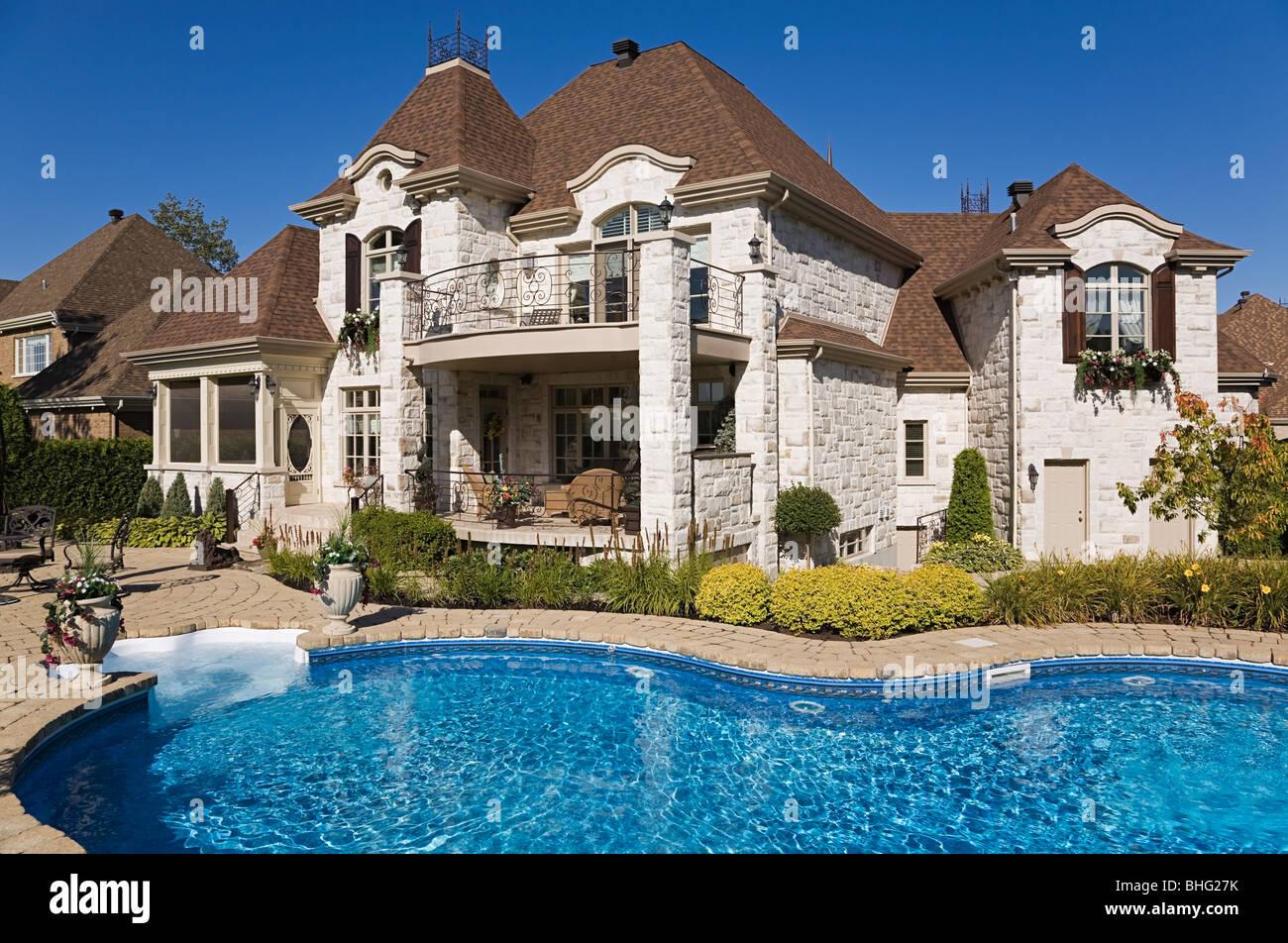 Grande maison avec piscine Photo Stock