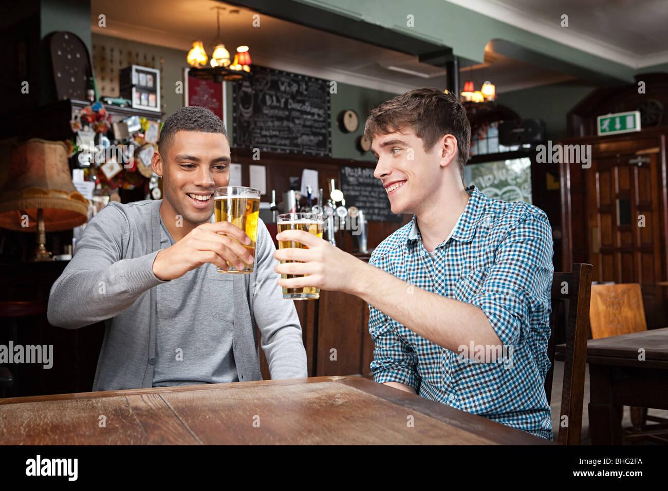 Les jeunes hommes en bar Banque D'Images