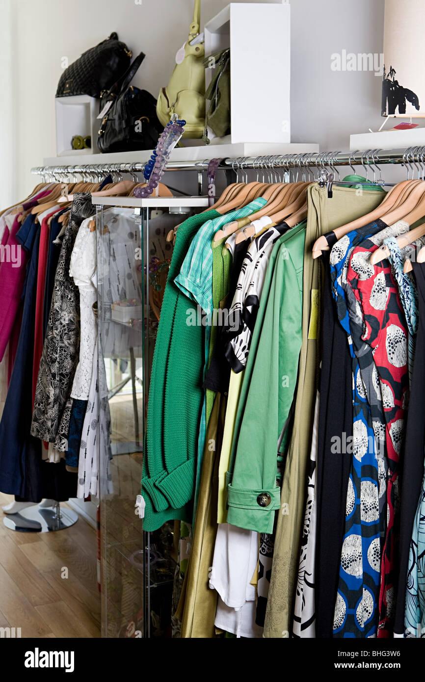 Magasin de vêtements à rail Photo Stock