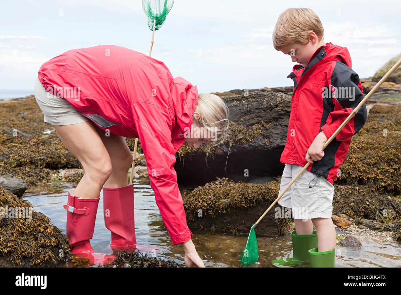 Mère et fils à la piscine dans la roche Photo Stock