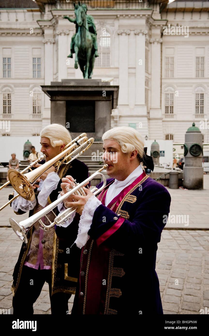 La lecture de la diapositive trombone au 18e siècle les vêtements et les perruques de Grüner Markt Photo Stock