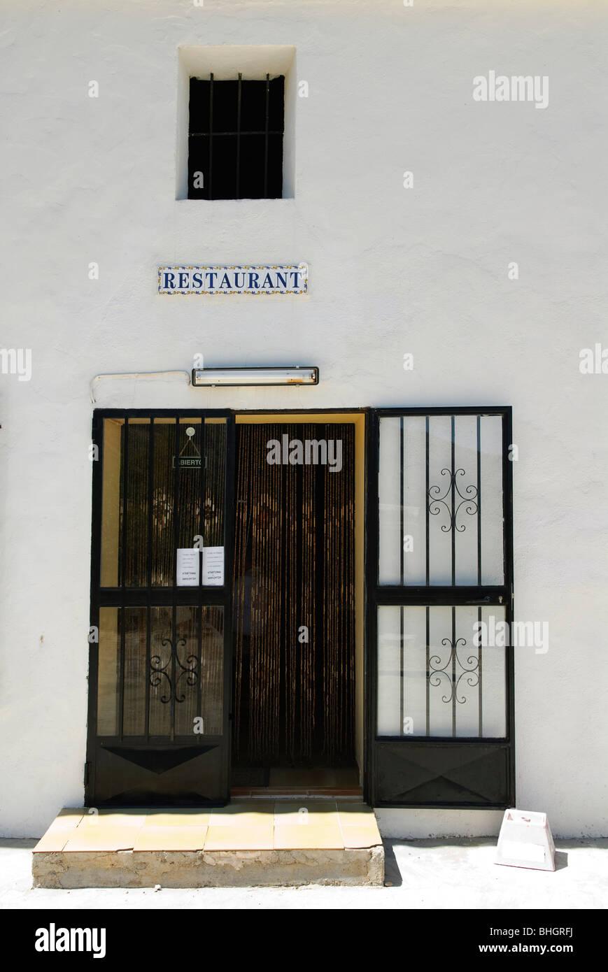 Avant et à lentrée de simple petit restaurant dans le bernia montagne en espagne