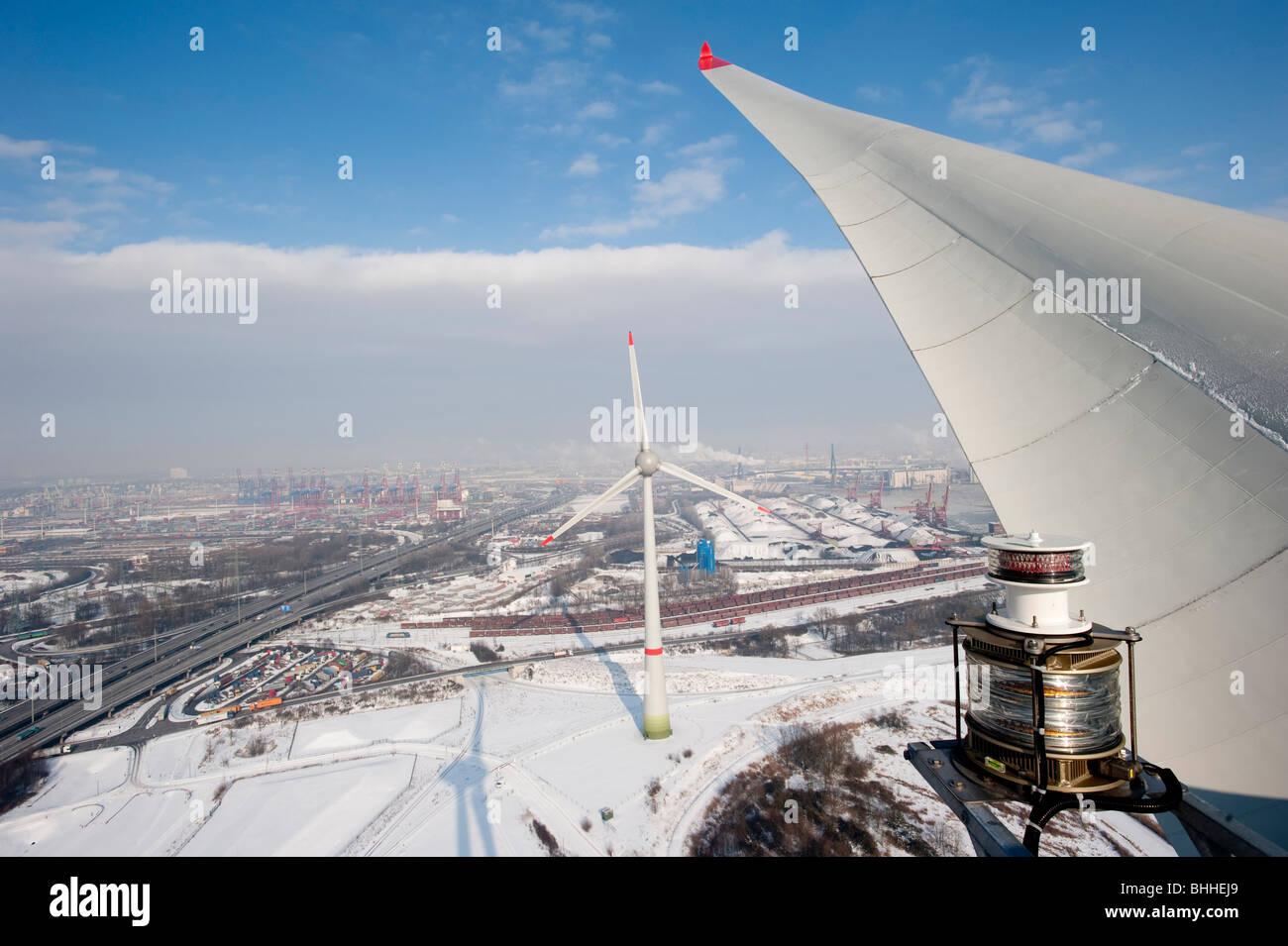 Allemagne Hamburg - éoliennes Enercon E-126 avec 6 MW dans le port et vue sur la ville de Hambourg Photo Stock