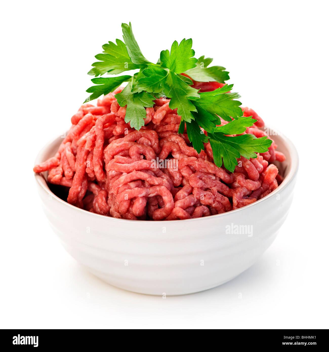Close up sur bol isolé rouge maigre de la viande hachée crue Photo Stock