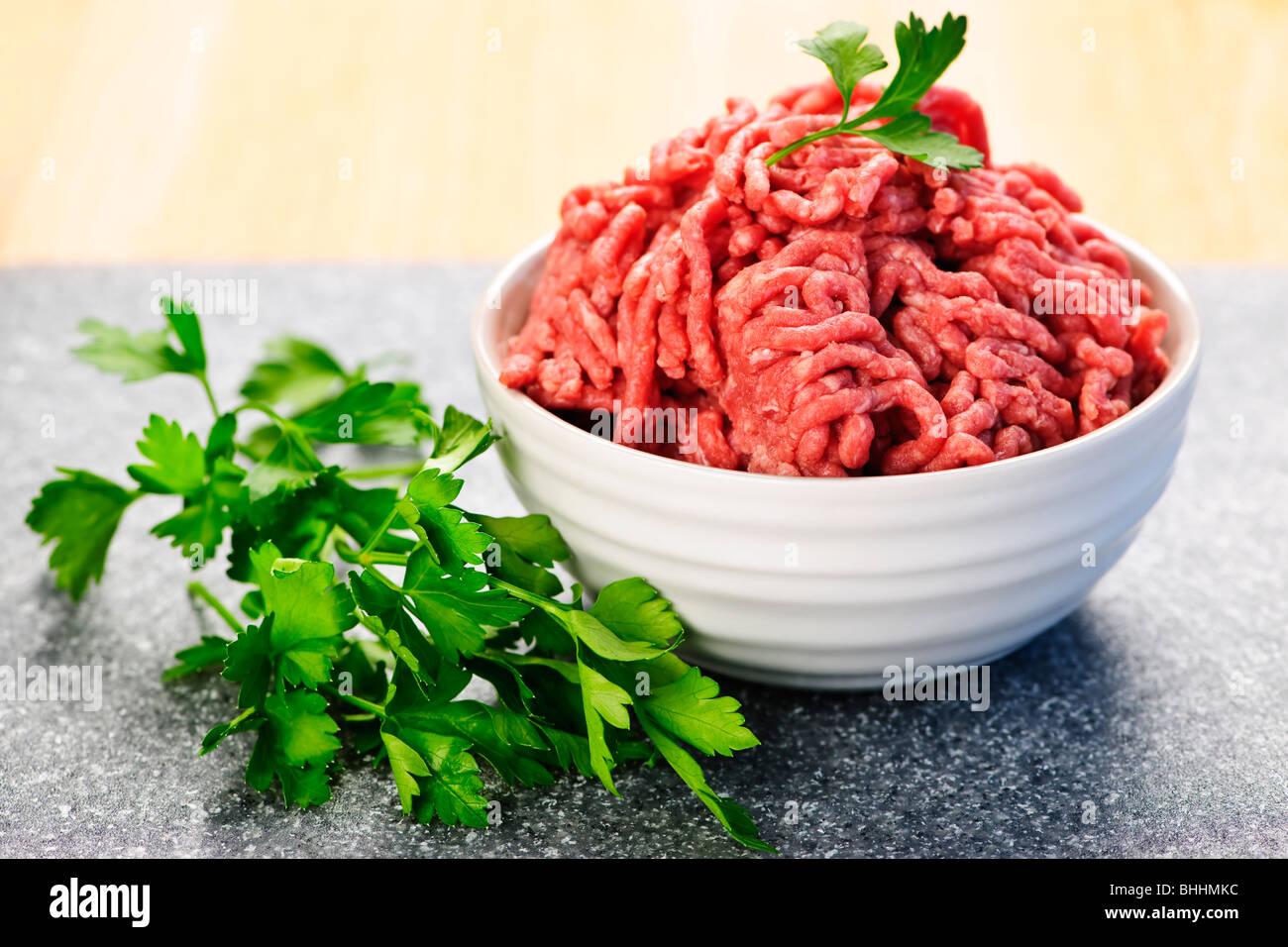 Close up sur bol de viande rouge maigre masse brute Photo Stock