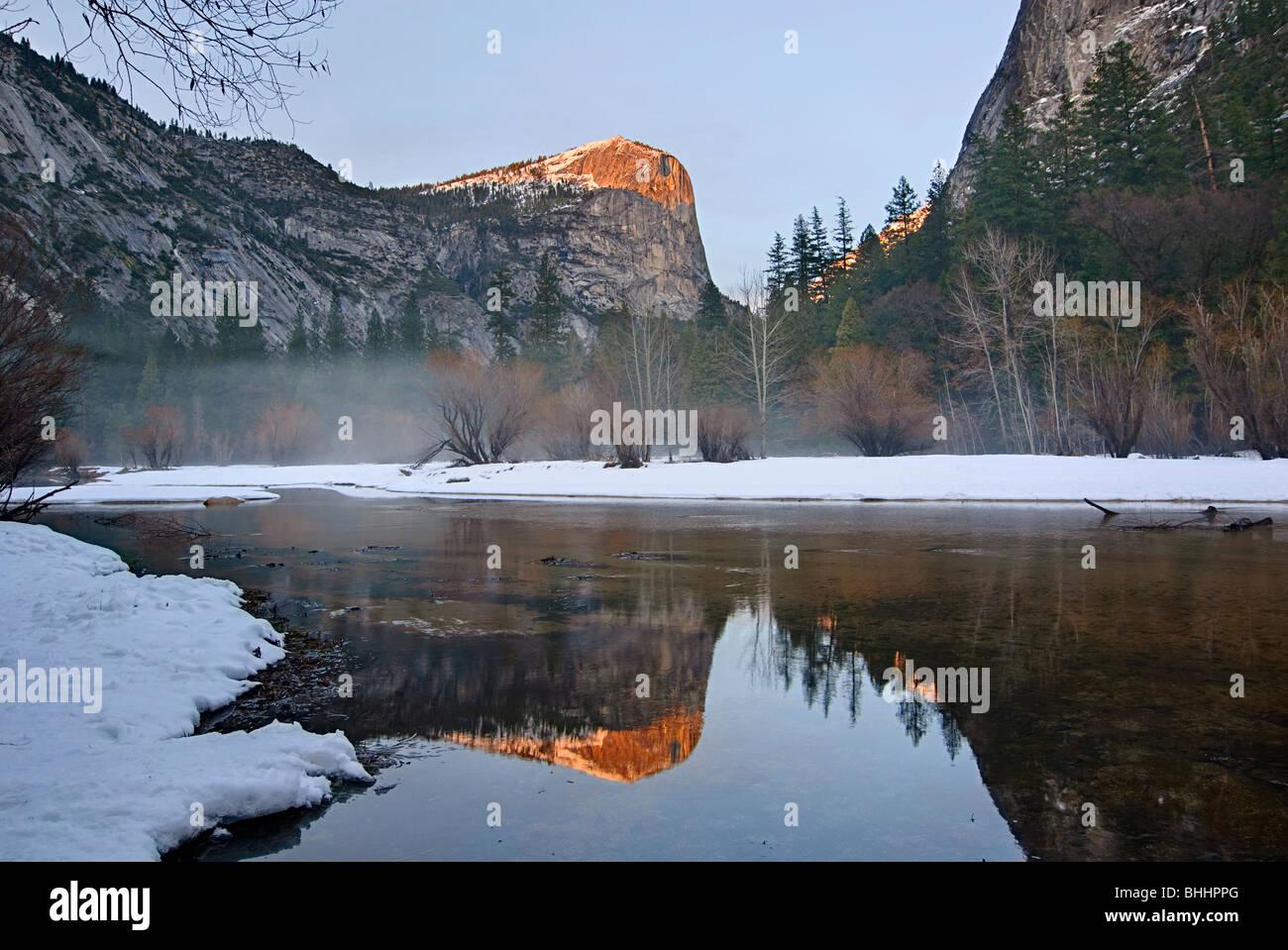 Damatic vue hivernale de Mirror Lake dans le Parc National Yosemite. Photo Stock