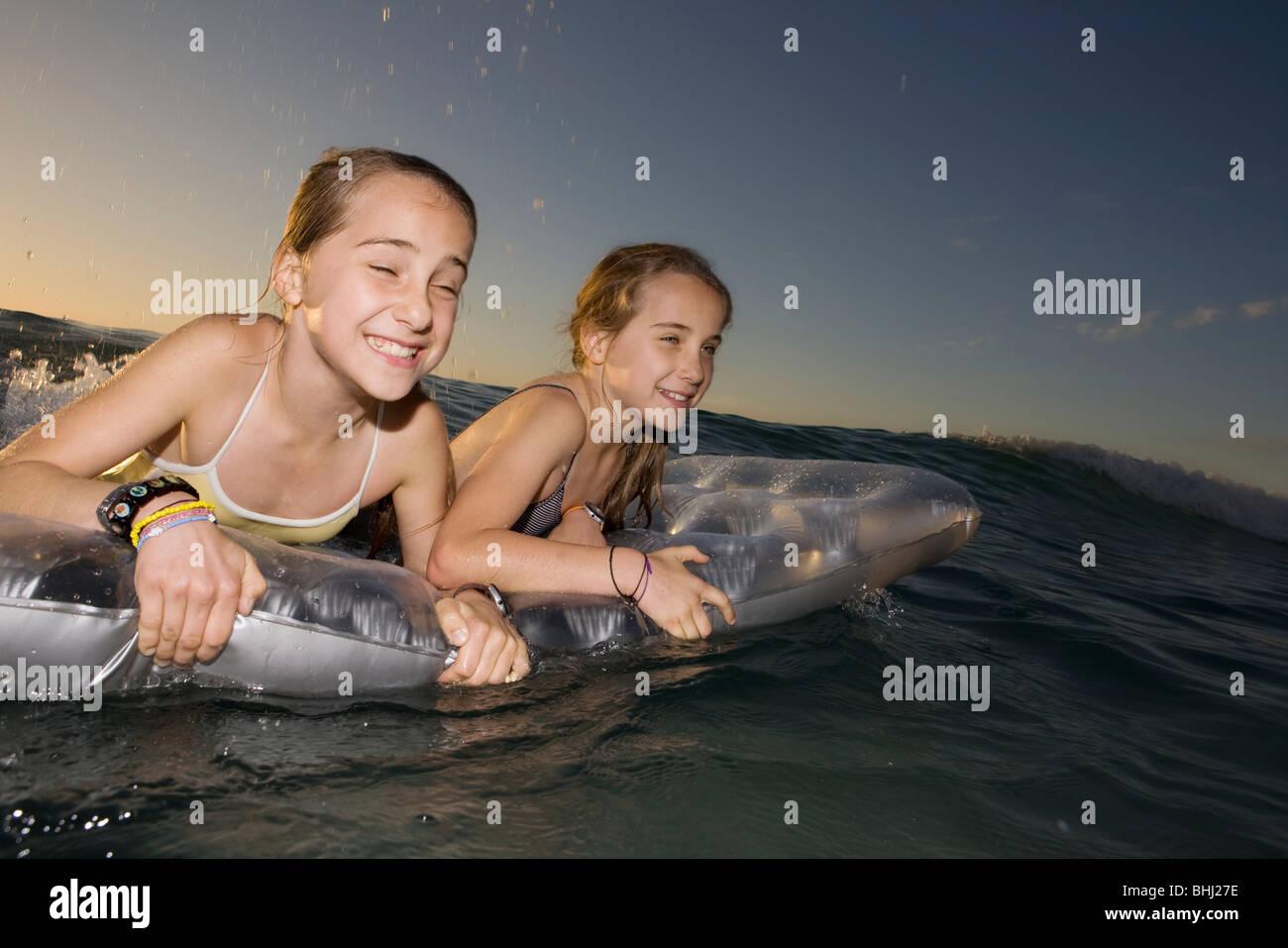 Surfant sur la vague des soeurs jumelles matelas Photo Stock