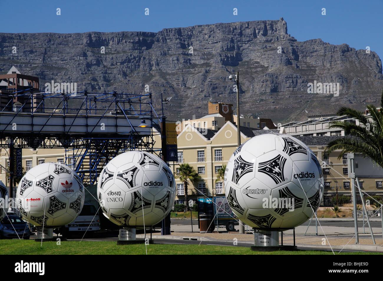 Cape Town Afrique du Sud World Cup 2010 lieu dans la ville de ballons surdimensionnés dominé par la Montagne de la table Banque D'Images