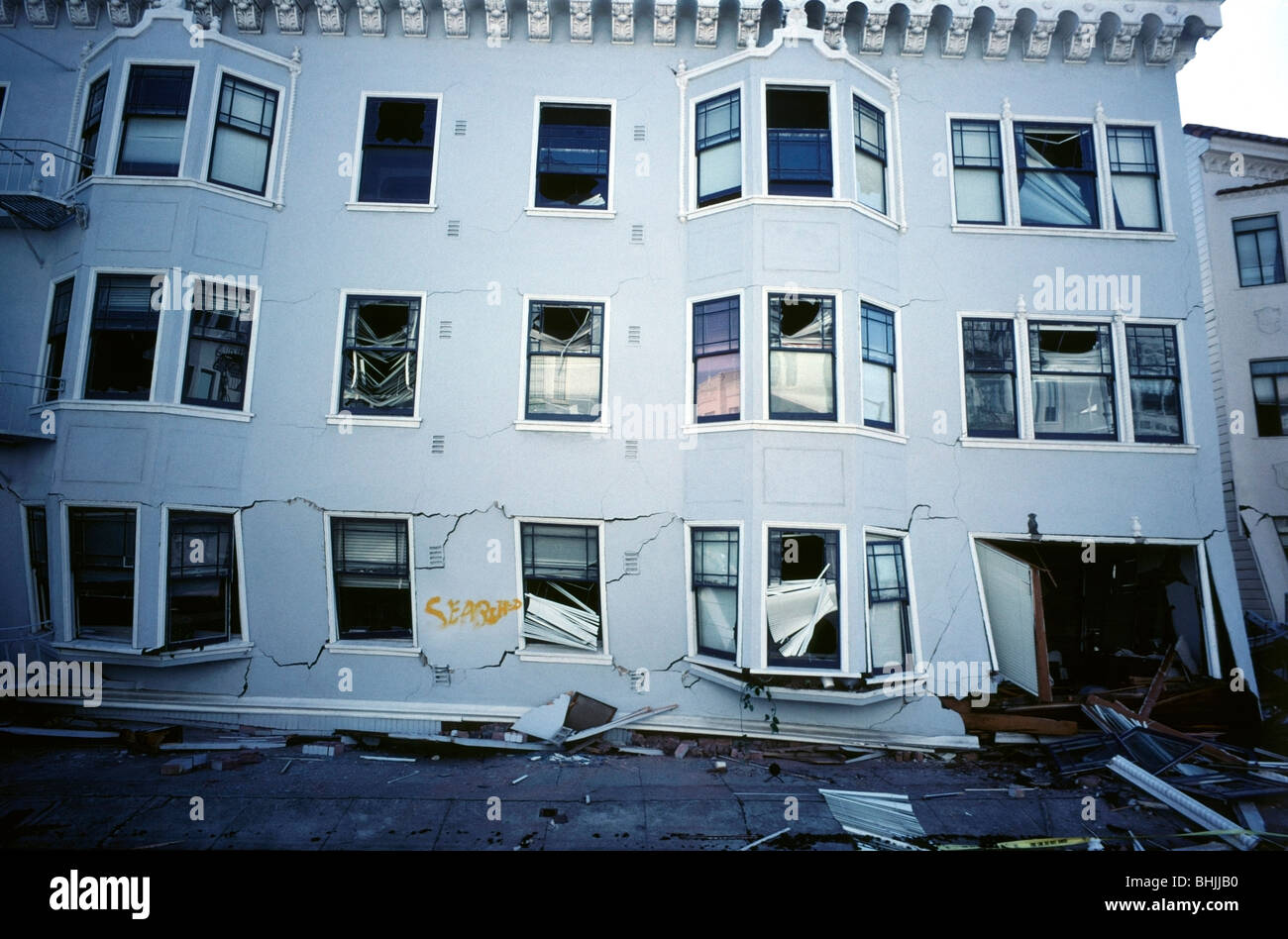Plusieurs étages endommagés immeuble dans la Marina District de San Francisco après le tremblement Photo Stock
