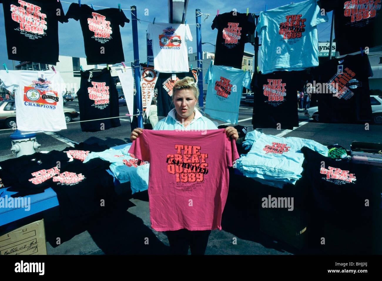 Femme vendant des t-shirts souvenirs dans le quartier du port de plaisance après le tremblement de terre de Photo Stock