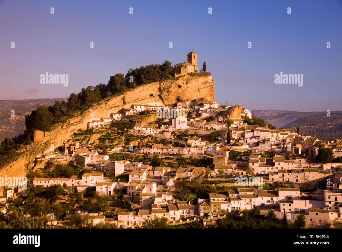 Espagne Andalousie montefrio vue sur ville dans la lumière du matin d'or Banque D'Images