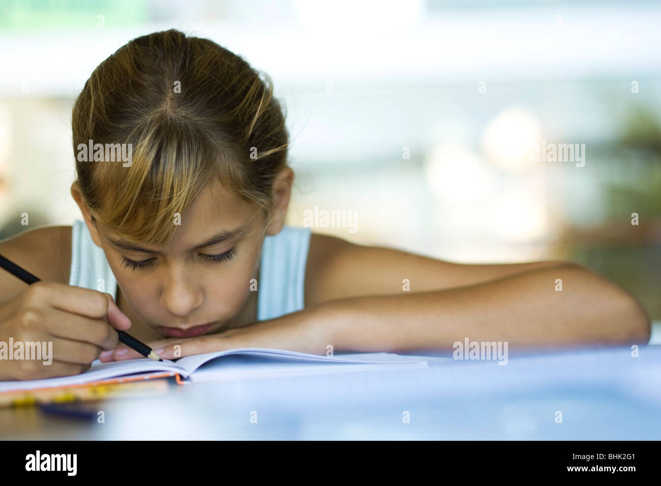 Femme junior high student writing devoirs Photo Stock
