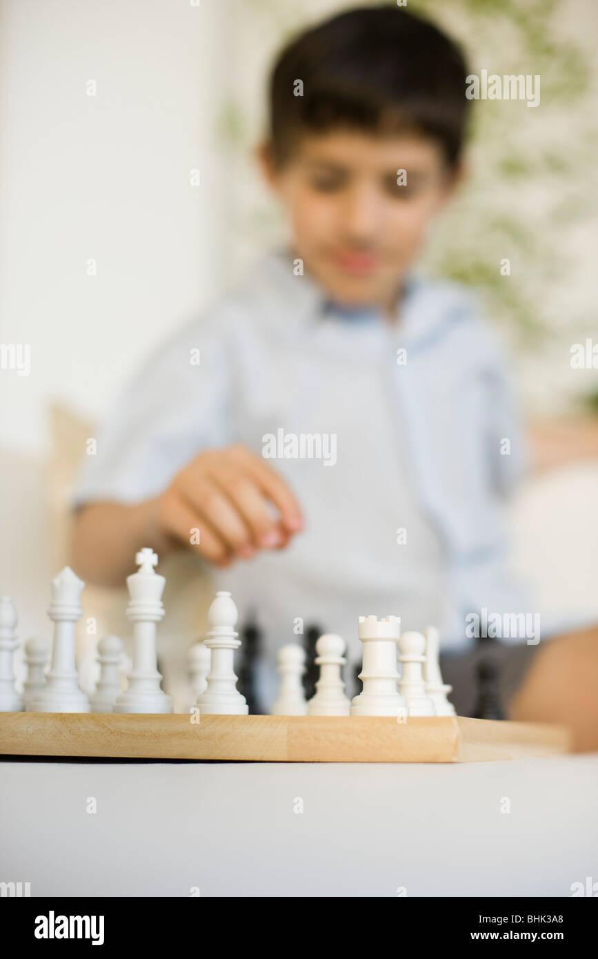 Garçon jouant aux échecs Banque D'Images
