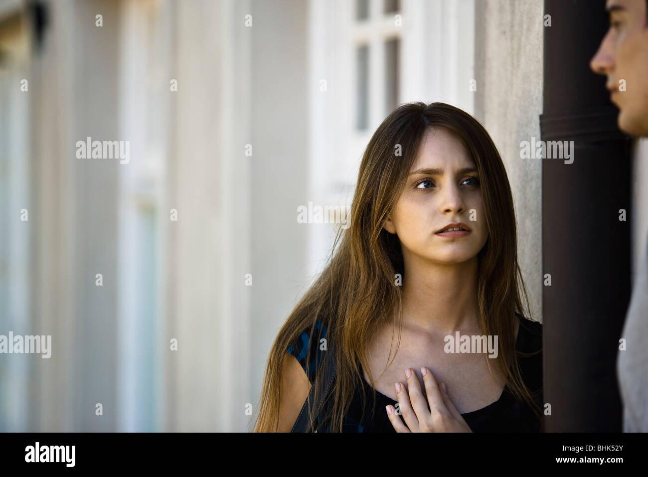 Jeune femme en conversation sérieuse avec petit ami Banque D'Images