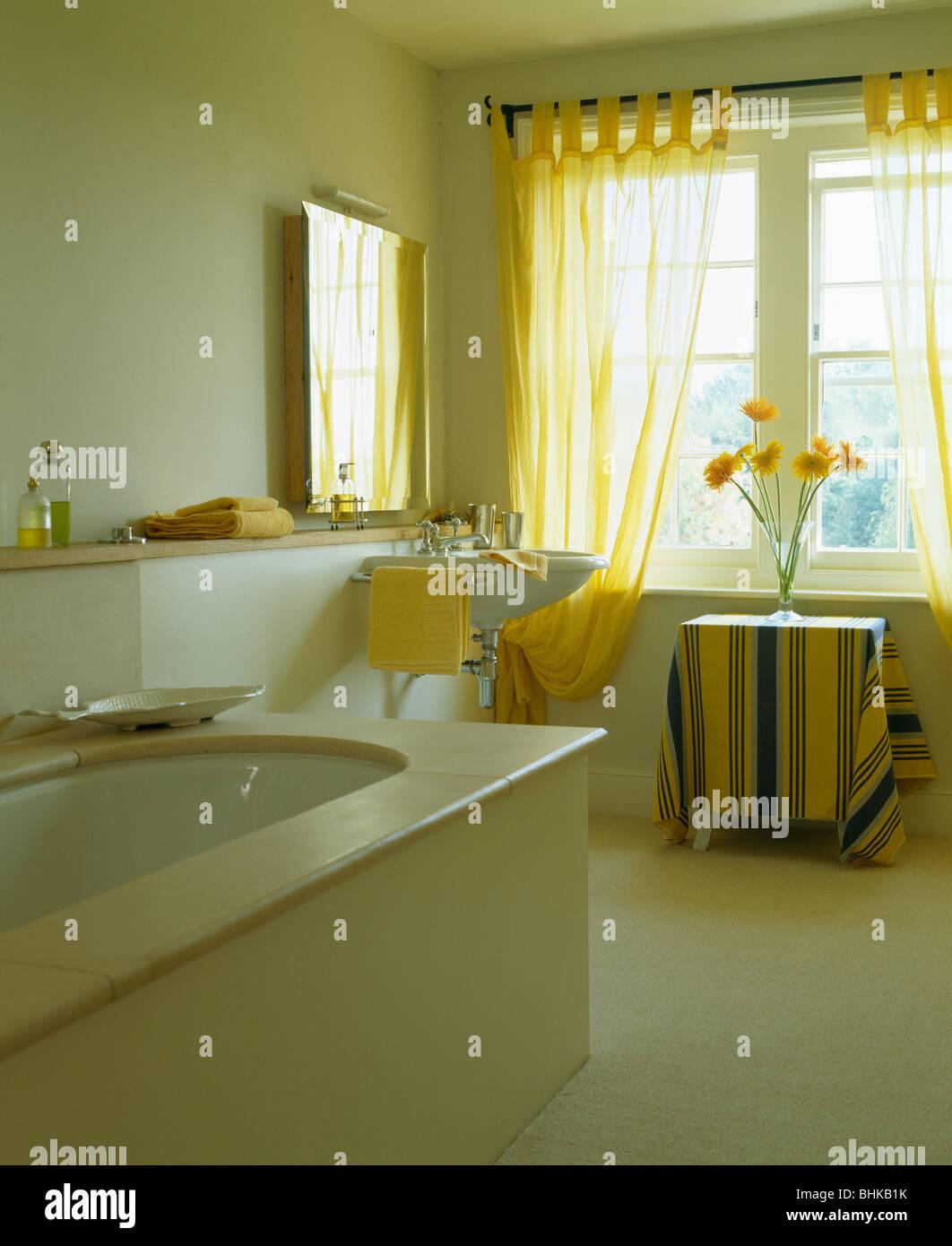 Rideaux en voile jaune pâle pays blanc salle de bain avec ...