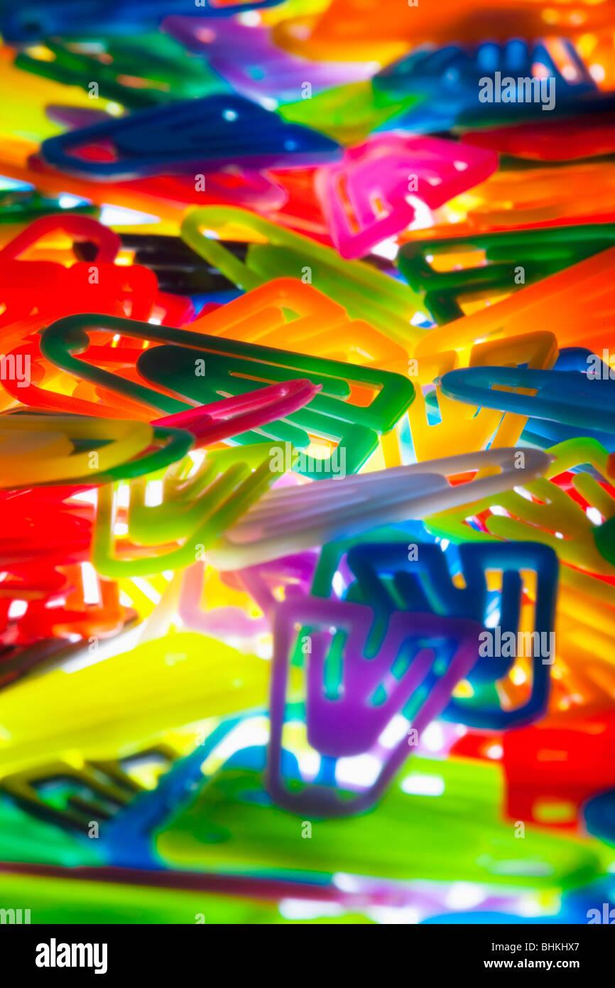 Papeterie - libre d'un grand nombre de clips en plastique coloré Photo Stock
