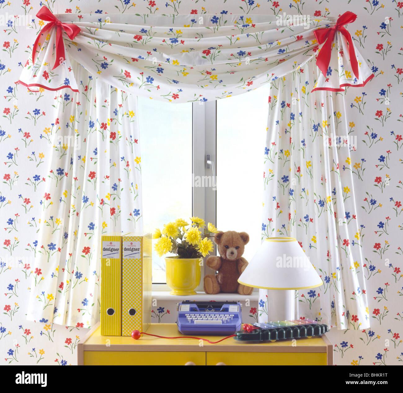 close up of des rideaux sur la fentre au dessus de 24 avec bote jaune files et toy machine crire dans une salle de jeux avec un papier peint fleuri