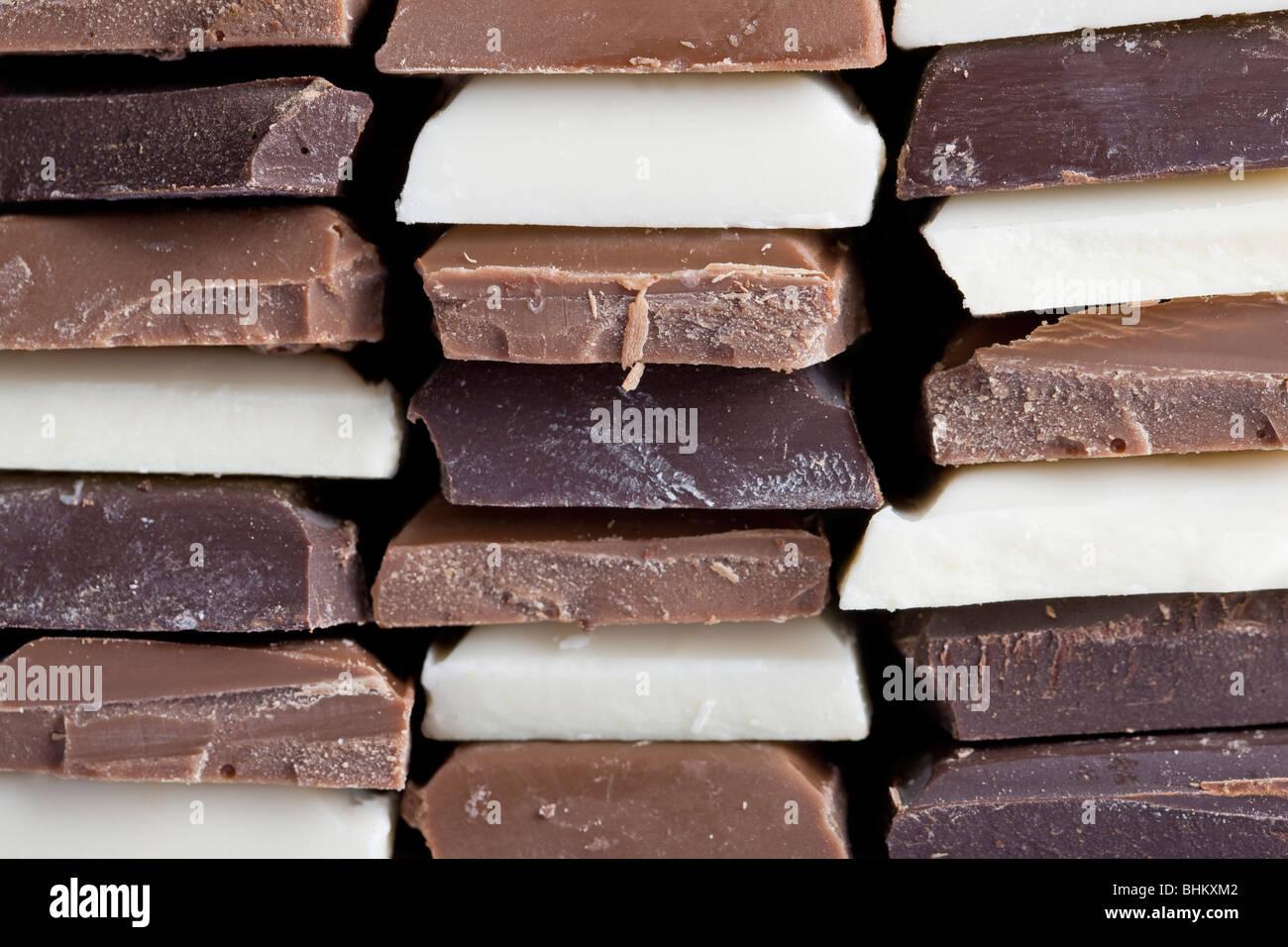 Plusieurs saveurs de chocolat empilées Photo Stock