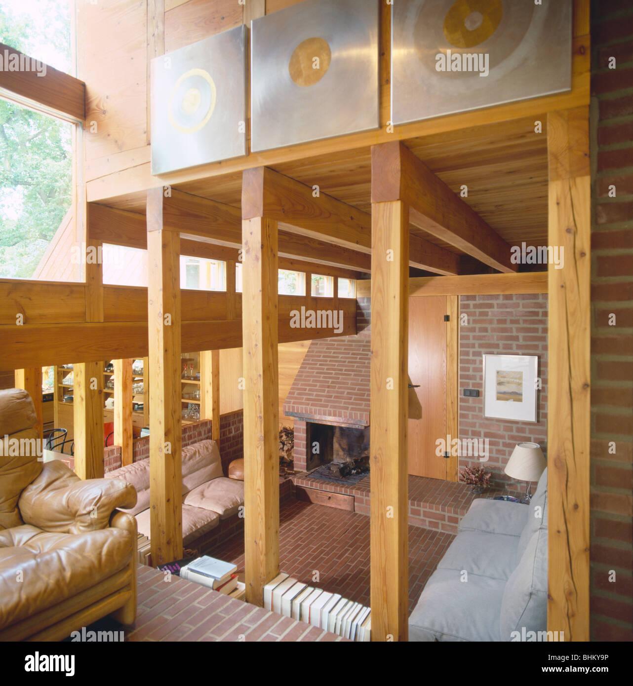 ann es 80 hauteur double salon avec poutres apparentes en bois vertical banque d 39 images photo. Black Bedroom Furniture Sets. Home Design Ideas