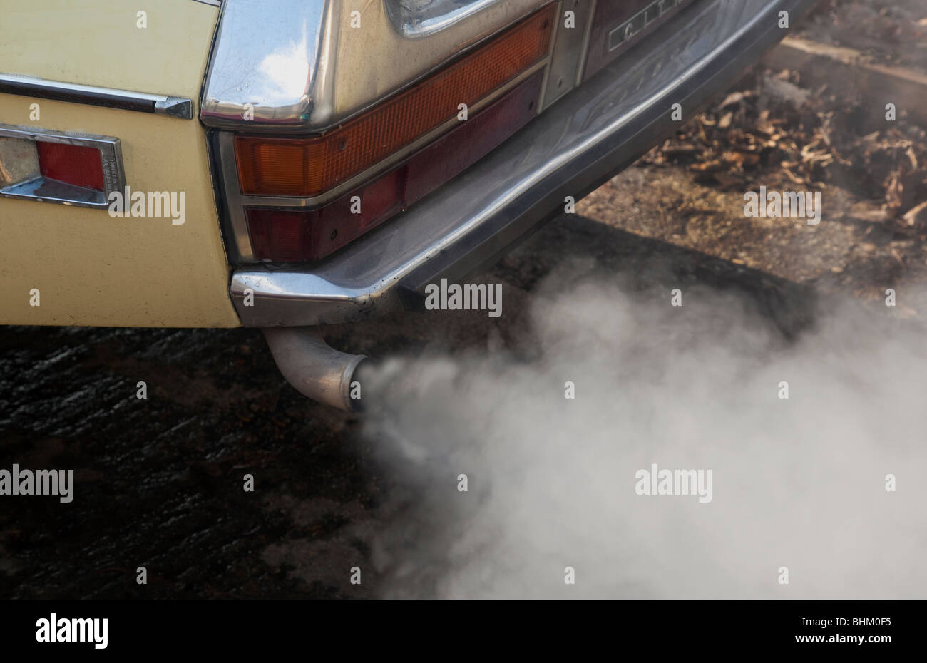 La pollution d'échappement de voiture Photo Stock