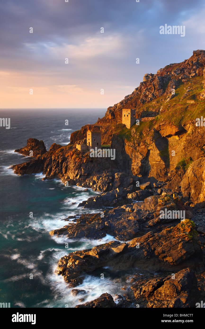 Les couronnes, Botallack maisons moteur. Précairement située juste au-dessus de l'océan Atlantique Photo Stock