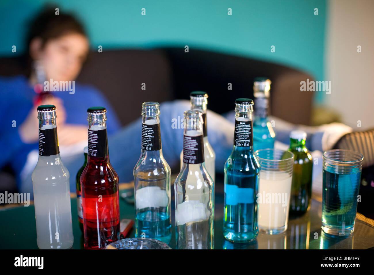 Jeune femme et alcopop boissons, modèle publié à Londres Photo Stock