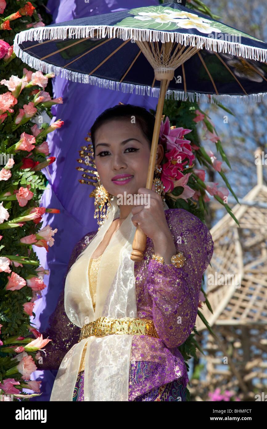 Des personnes et dans le 34e Festival des fleurs de Chiang Mai, 2010 Le nord de la Thaïlande, Asie, parapluies parapluie de bor sang village. Banque D'Images
