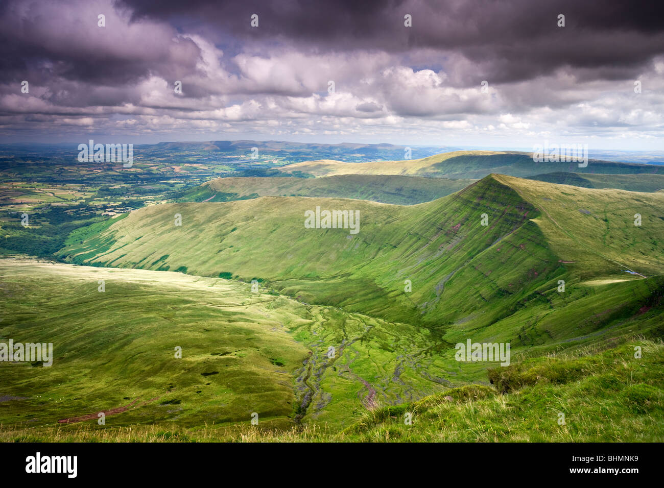Cribyn vu de Pen-y-Fan, la plus haute montagne dans le parc national de Brecon Beacons, Powys, Wales, UK. L'été Photo Stock