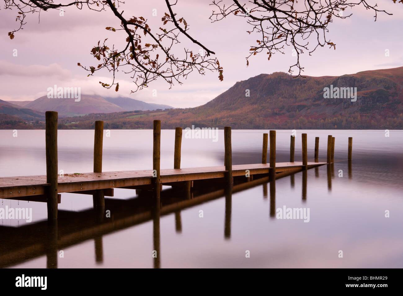 Brandelhow jetée sur Derwent Water, Parc National de Lake District, Cumbria, England, UK. L'automne (novembre) Photo Stock