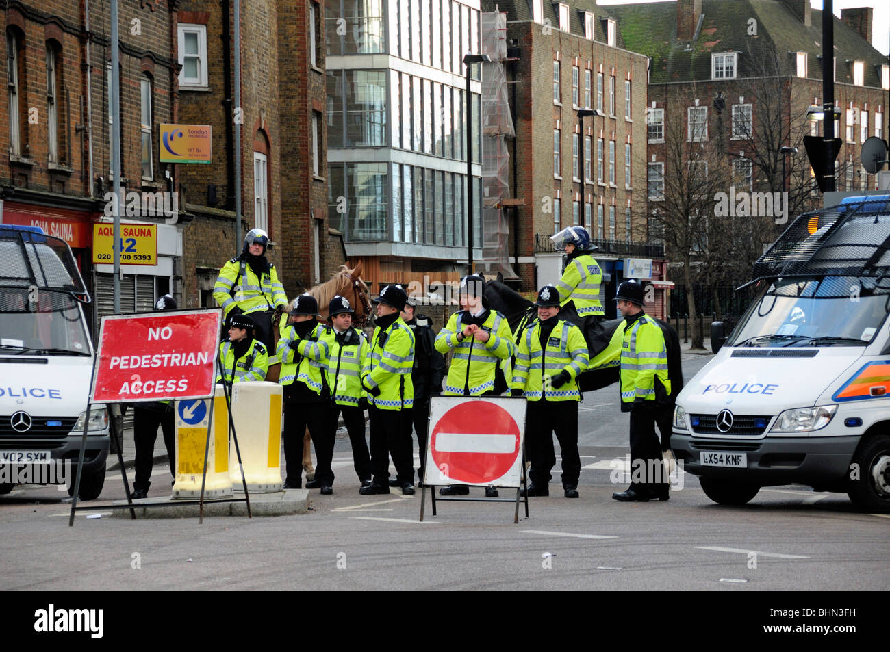Blocus de la police à l'extérieur de l'Emirates Stadium d'Arsenal à l'aide de partisans Photo Stock