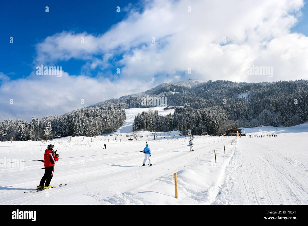 Faites glisser les sur les pistes juste en dehors du centre de la station, Westendorf, Tyrol, Autriche Photo Stock