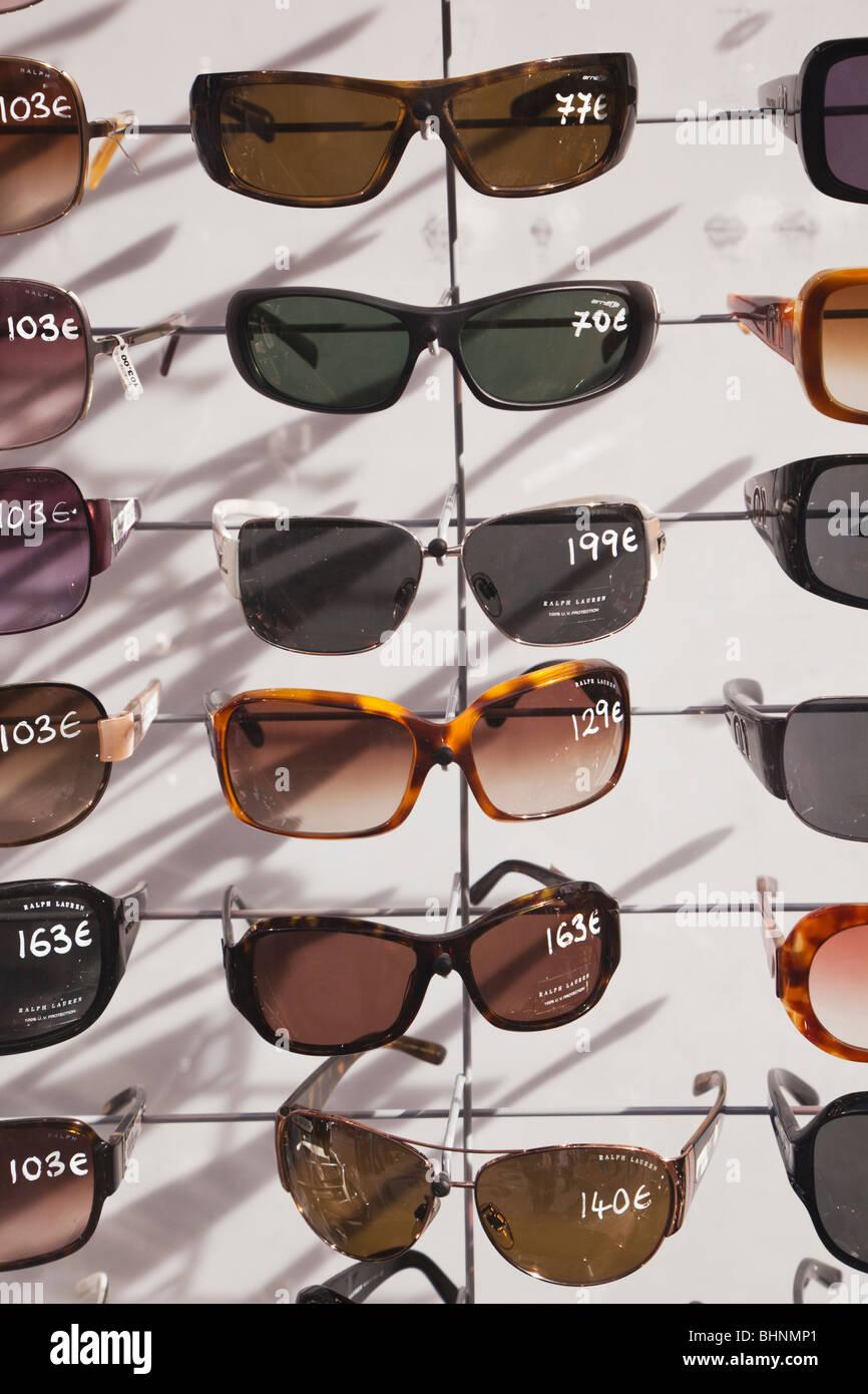 Stand avec sélection de lunettes de soleil à vendre à Torremolinos, Espagne Photo Stock
