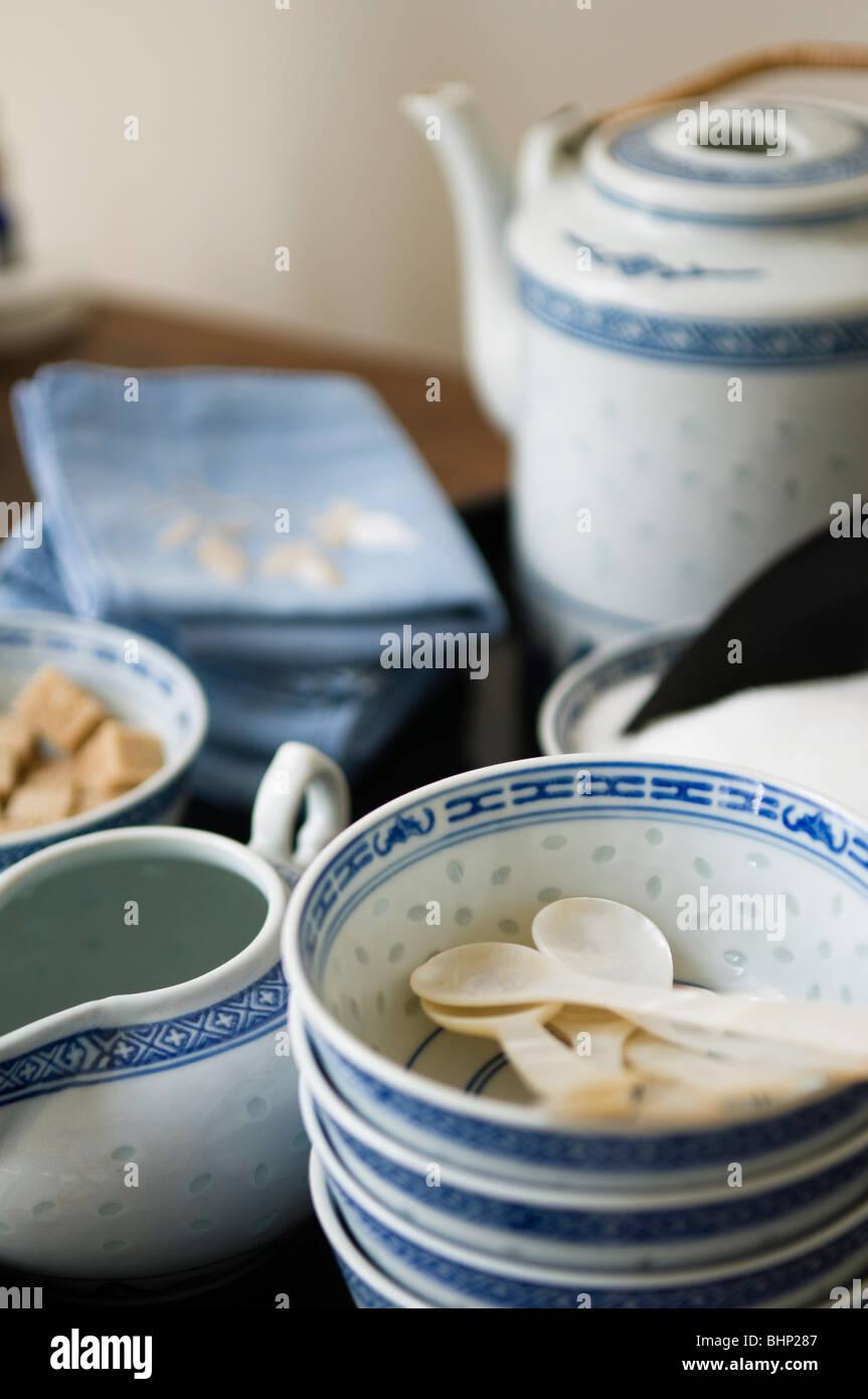 Oriental bleu et blanc vaisselle bols et théière Photo Stock