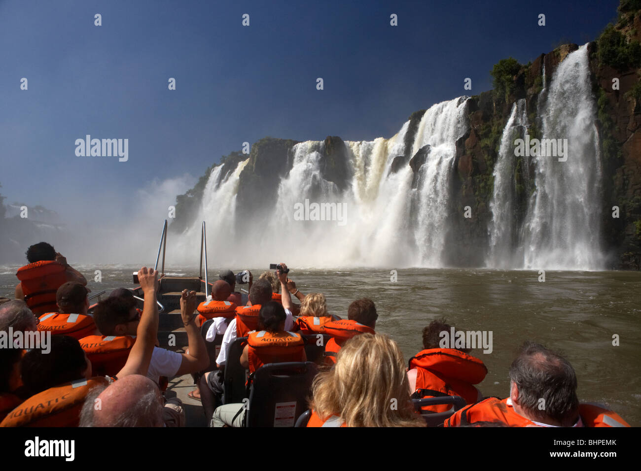 Groupe de touristes sur le bateau sous les cascades de la gorge devils parc national de l'Iguazu, Argentine Banque D'Images