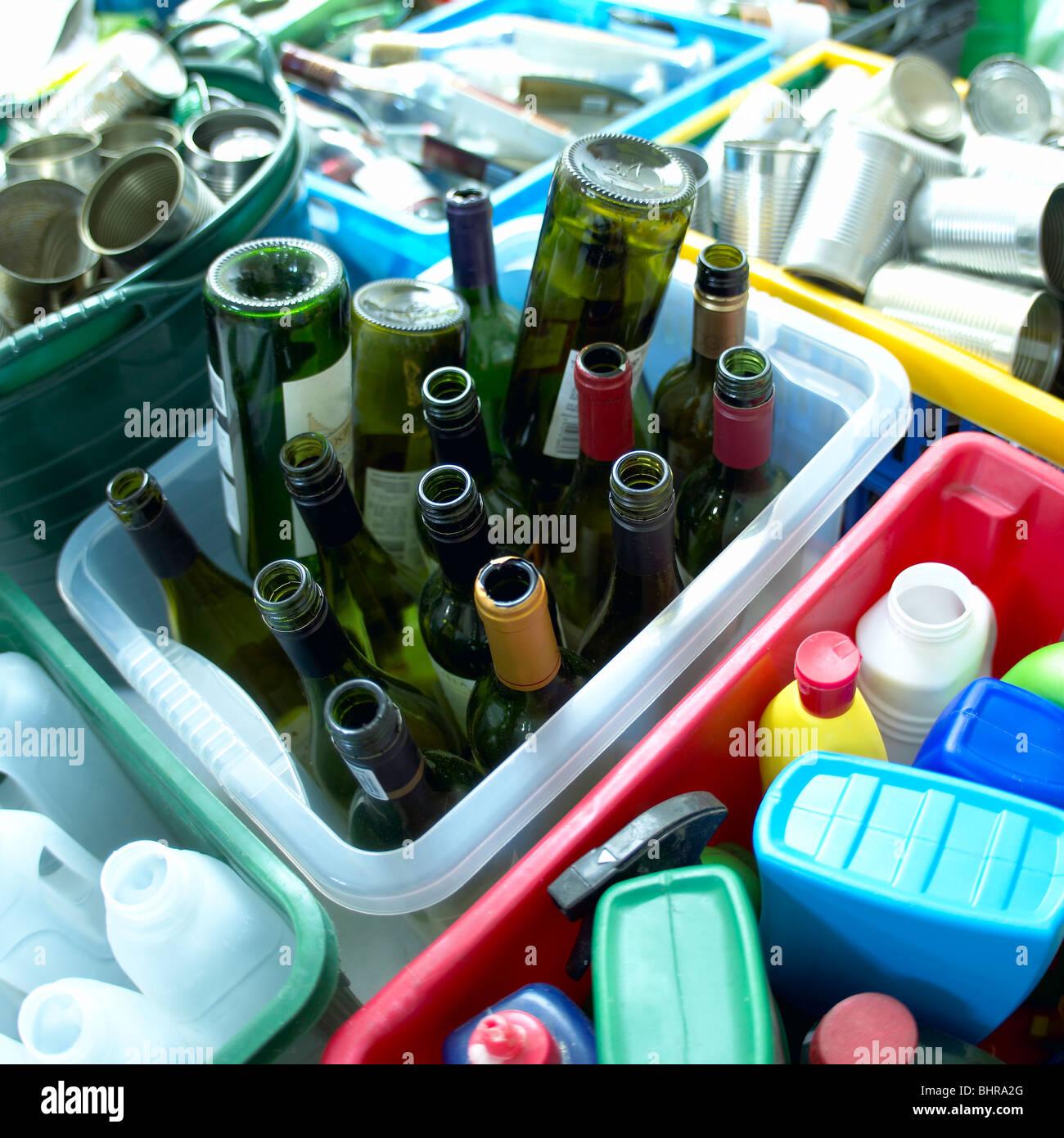 Articles dans des boîtes de recyclage Photo Stock