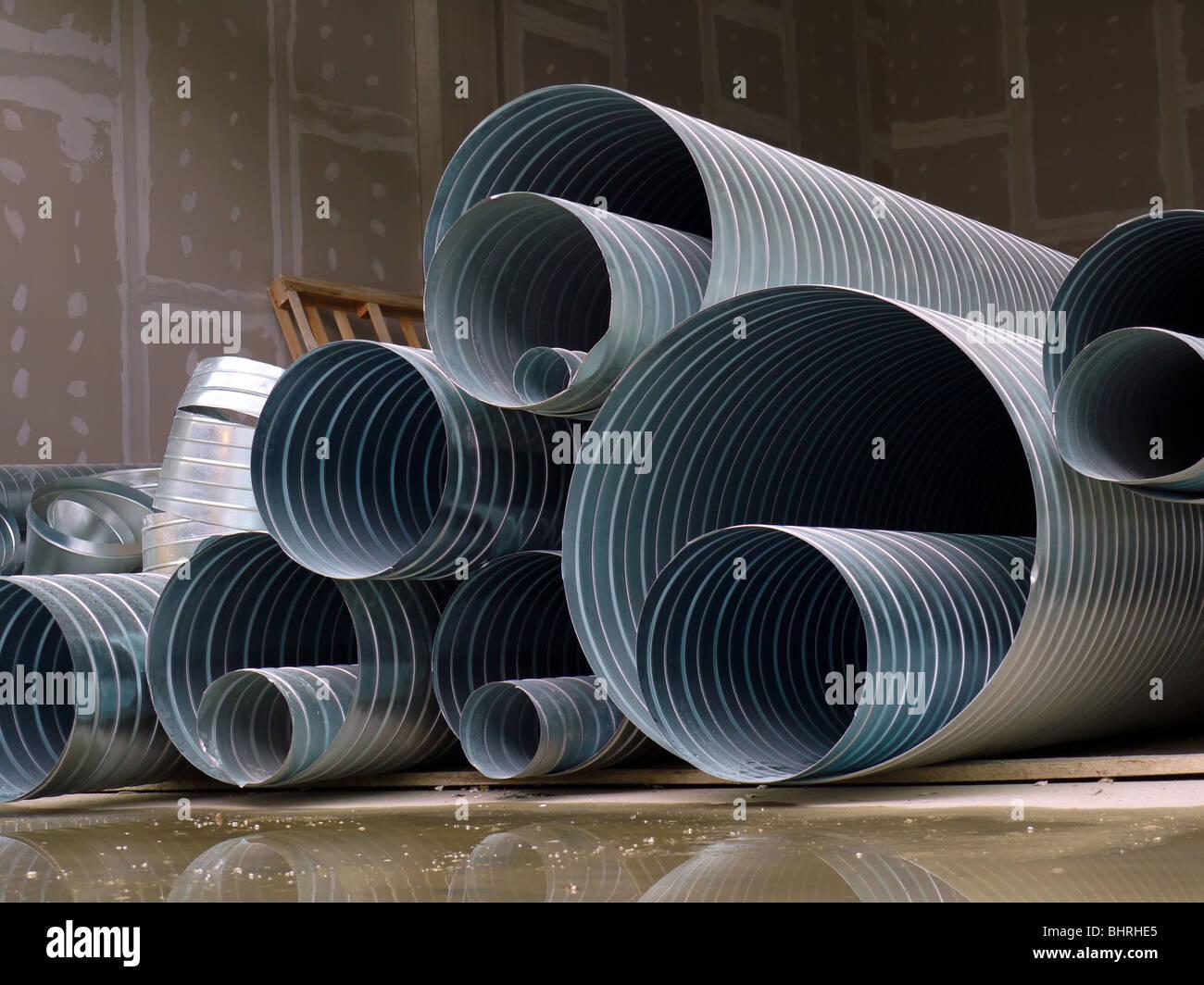 Pile de tuyaux ondulés en acier stacked at construction site Photo Stock