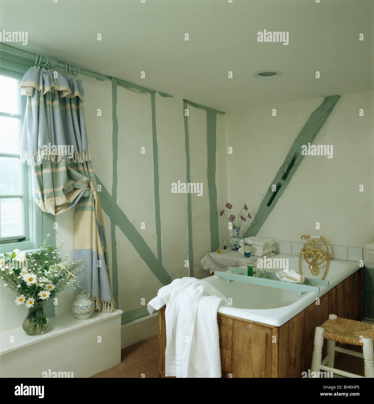 Vert pastel peint sur le mur de poutres petit chalet avec salle de ...