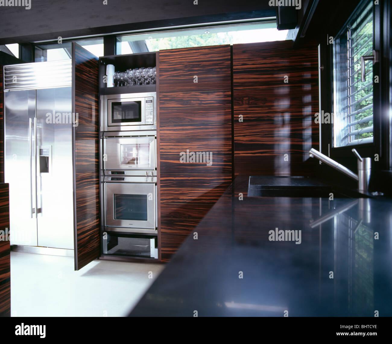 Acier inoxydable grand frigo congélateur dans la cuisine moderne ...